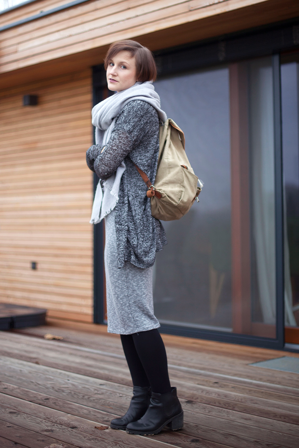 outfit-all-in-grey-boots